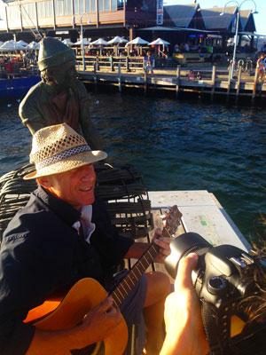 Roberto suona la chitarra a Fremantle