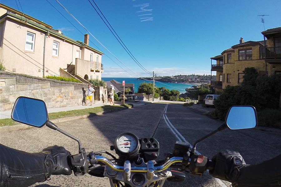Un giro in moto a Tamarama, direzione Oceano.