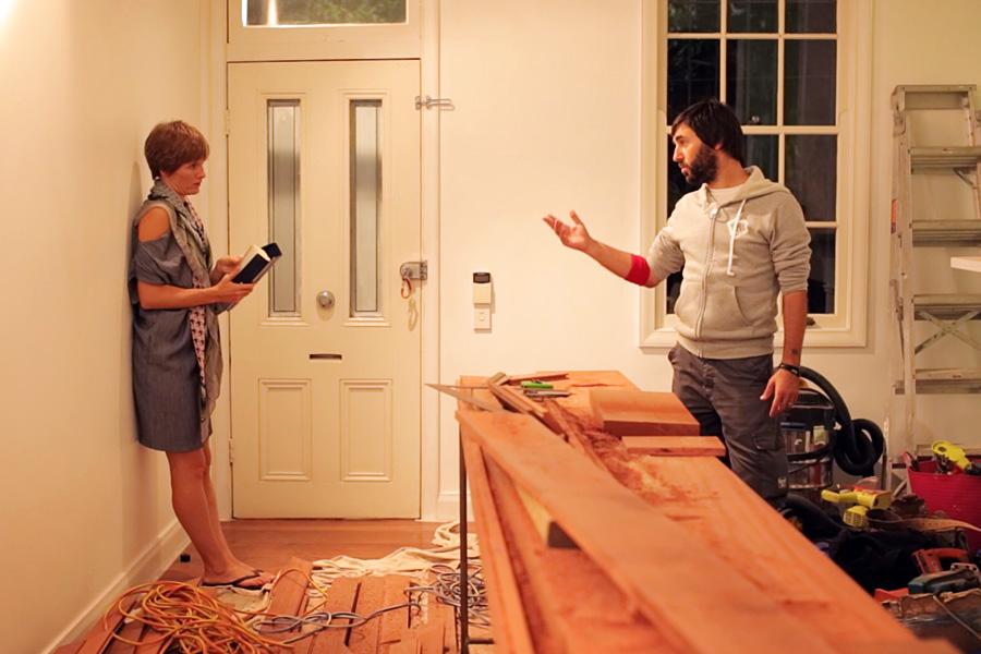Jolene e Mirko controllano i lavori nella casa appena acquistata.