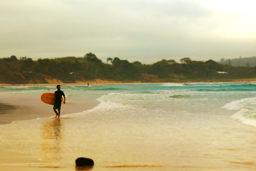 Tanti surfisti si radunano la mattina presto per cavalcare le onde dell'oceano